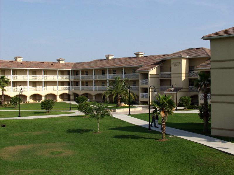 aventura-hall-courtyard-2
